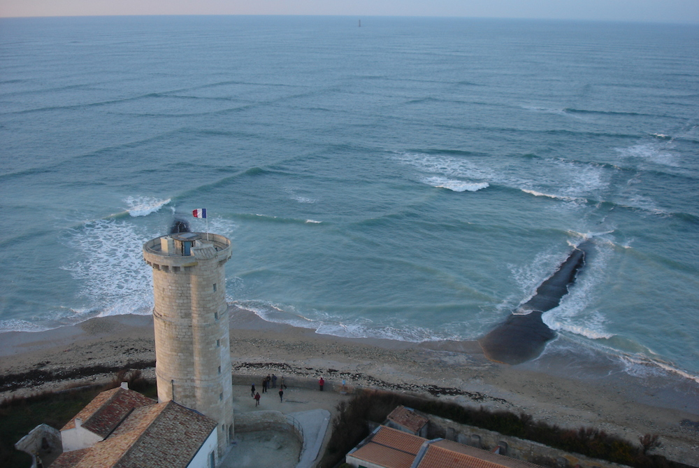 <p><strong>Fig. 4.9.</strong>&nbsp;(<strong>B</strong>) Cross sea swells, Phares des Baleines (Lighthouse of the Whales) on Île de Ré, France</p>