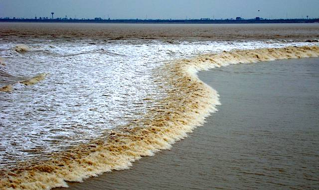<p><strong>SF Fig. 6.18.</strong>&nbsp; (<strong>A</strong>) A tidal bore in the Qiantang River, Hangzhou, China</p>