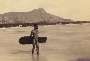 <p><strong>SF Fig. 4.1.</strong> A Hawaiian surfer with an <em>alaia</em> board on Waikiki Beach, O'ahu, in 1898</p><br />
