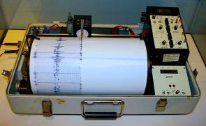 <p><strong>SF Fig. 7.2.</strong> Seismometers are used to measure seismic waves.</p><br />