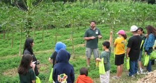 Ted Radovich teaches students at a previous Ag and Environmental Awareness Day.