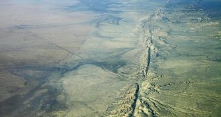 Aerial view of San Andreas Fault in the Carrizo Plain, 8,500 ft. altitude. (credit: Ikluft/Wikimedia)