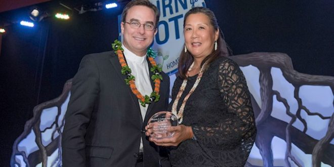 Marjorie Mau receives award