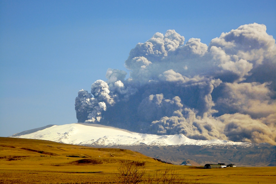 <p><strong>SF Fig. 7.8.</strong> (<strong>D</strong>) The eruption of the volcano Eyjafjallajökull, Iceland on 17 April 2010</p>