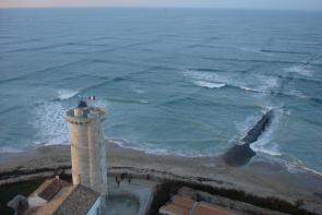 <p><strong>Fig. 4.9.</strong> (<strong>B</strong>) Cross sea swells, Phares des Baleines (Lighthouse of the Whales) on Île de Ré, France</p><br />
