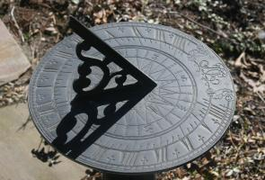 <p><strong>Fig. 8.8.</strong> Vikings sun compass works similarly to a sundial.</p><br />