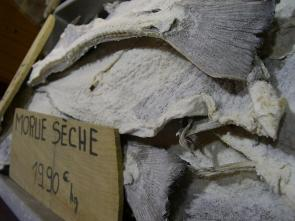 <p><strong>SF Fig. 2.17.</strong> Example (<strong>D</strong>) of salt-preserved foods: Salt cod on sale at a market in Nice, France</p><br />