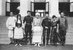 Cast of Arms and Man in front of Hawaii Hall